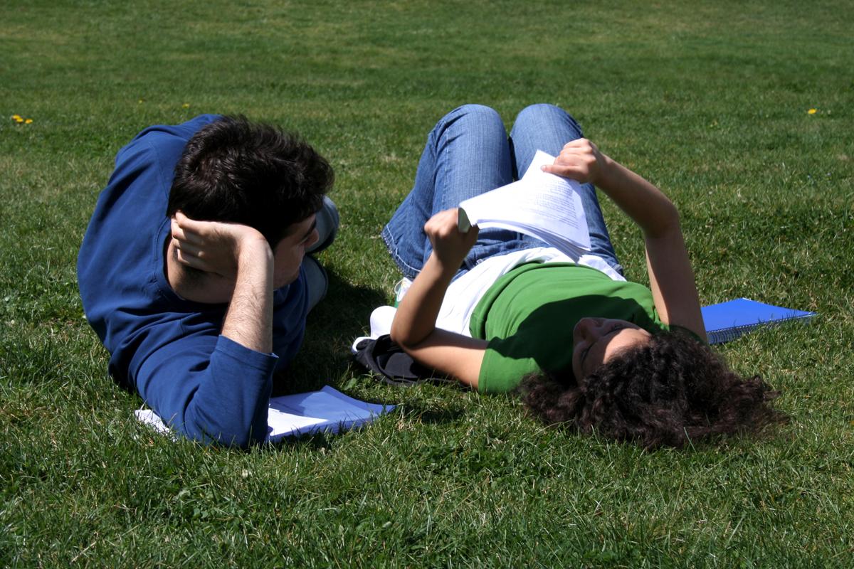 Studenti v trávě